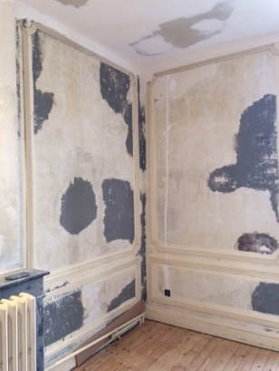 walls in chambre 1 after wallpaper removal